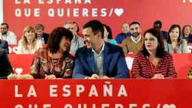 Pedro Sánchez, entre Cristina Narbona y Adriana Lastra, este domingo en Madrid.