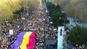 Una enorme bandera republicana en la manifestación separatista de Madrid.