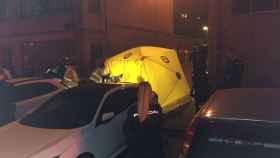 El Samur atiende a los tres heridos en la calle Esteban Carros, en Vallecas (Madrid).