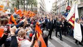 Ricardo Arias, exjugador del Valencia CF, acompañado por el presidente del club, Anil Murthy, portando la bandera del club durante la marcha cívica por el centenario de su fundación
