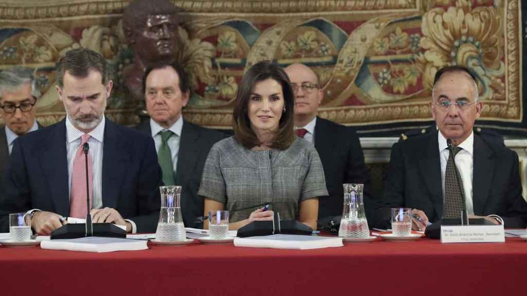 Felipe Vi, la reina Letizia y  Enric Brancós (secretario de la Fundación) durante la reunión del patronato celebrada en diciembre de 2018.