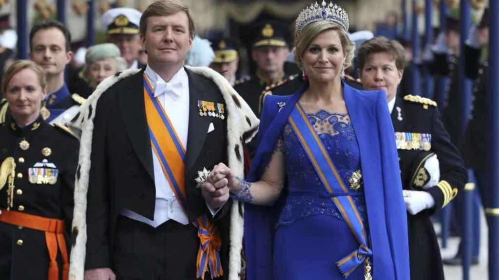 Máxima de Holanda con la capa azul klein de Taminiau en la coronación de Guillermo en 2013.