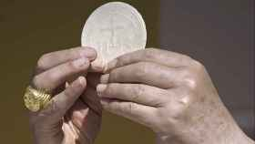La hostia se consume durante la eucaristía.