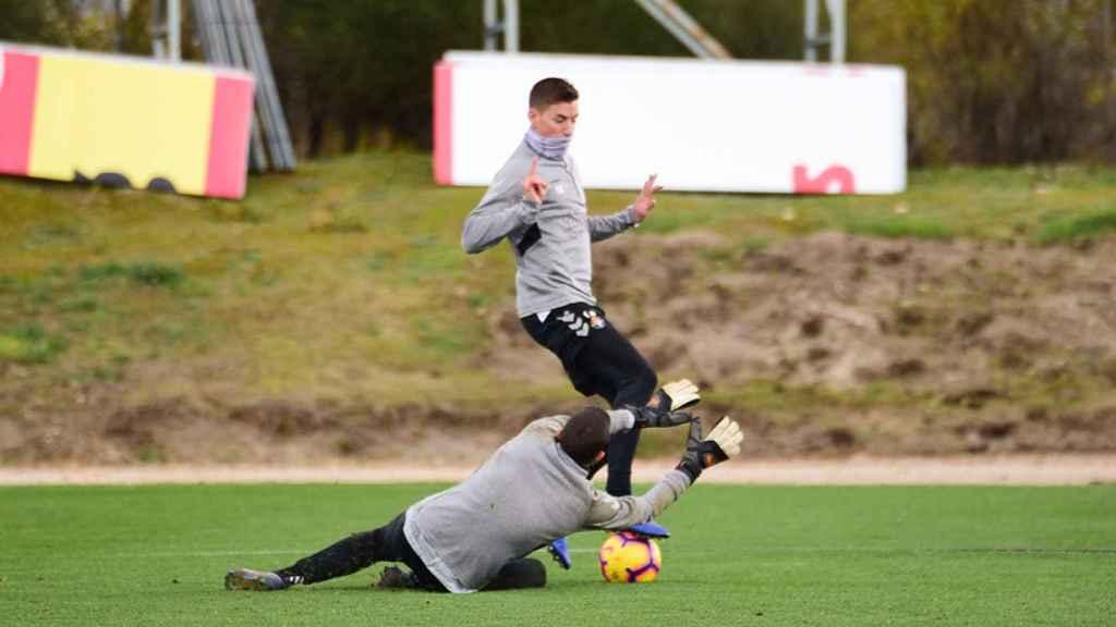 Rubén Alcaraz trata de sortear a Masip en un entrenamiento con el Valladolid. Foto: realvalladolid.es