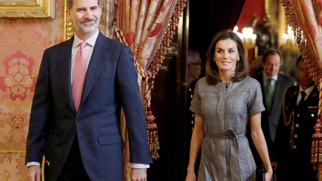El rey Felipe y la reina Letizia accediendo al Palacio Real en diciembre de 2018, para la celebración de la reunión del patronato de la fundación.