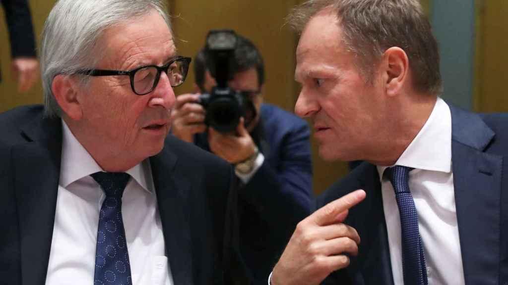 Donald Tusk y Jean-Claude Juncker, durante la cumbre social tripartita
