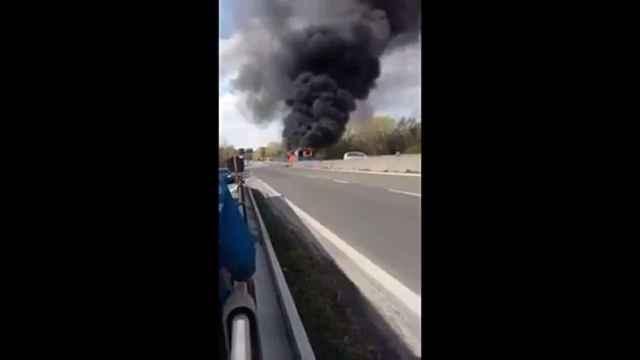 Un hombre quema un autobús en Italia en protesta contra Salvini
