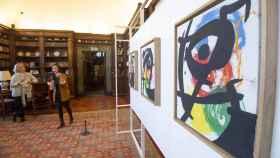 Varias personas contemplan algunas de las obras del artista español Joan Miró (1893-1983) en la embajada española en Roma (Italia).