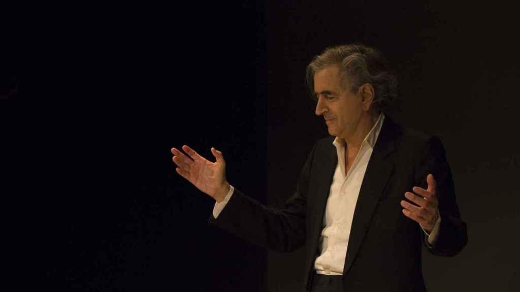 Bernard-Henri Lévy, en un momento de la representación de la obra que estrenó este miércoles en Valencia. / @yannrevol
