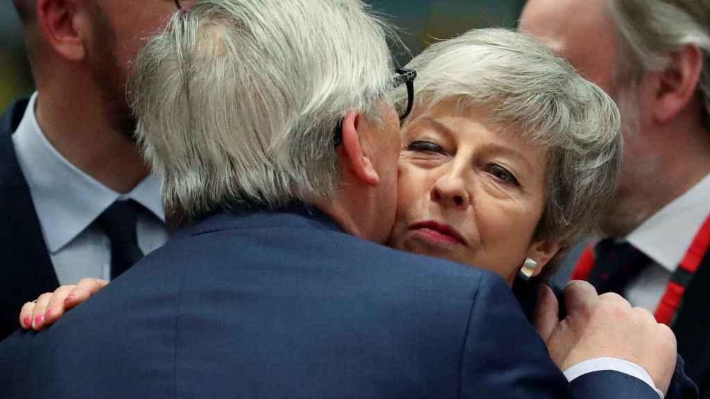 May saluda a Juncker durante la cumbre del 'brexit' en Bruselas