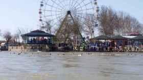 Un grupo de personas son arrastradas por la corriente del río.
