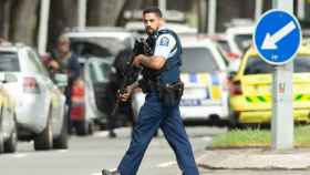 Un policía armado monta guardia después de los tiroteos en Nueva Zelanda.