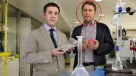 Manel, con círculo rojo, junto al gerente de su empresa