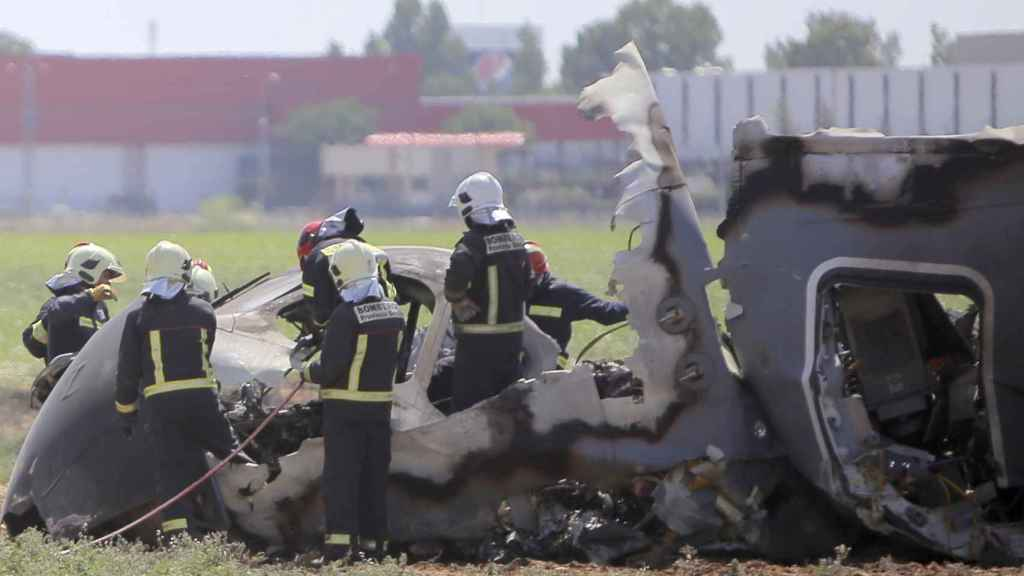 Bomberos trabajando en el lugar en el que un A400M, durante un vuelo de pruebas en Sevilla, se estrelló frente a la factoría de AIRBUS. 9 de mayo de 2015.