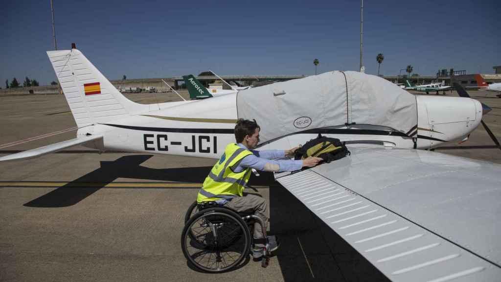 El piloto tiene 35 años pero acumula cientos de horas de vuelo.