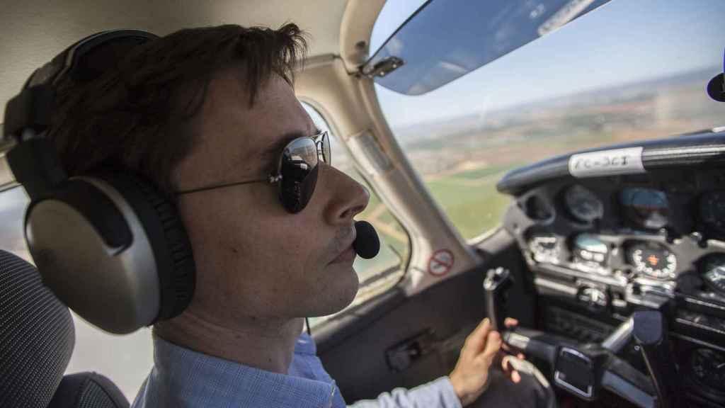 José Luis a los mandos de un Piper PA-28, un avión monomotor para cuatro plazas.