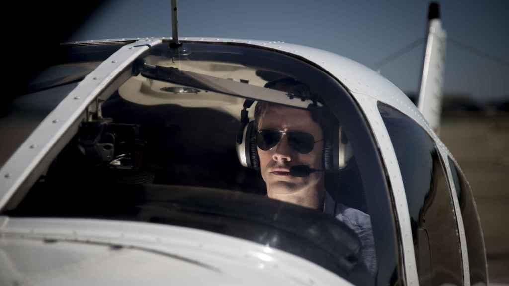 El piloto haciendo las comprobaciones previas al despegue.