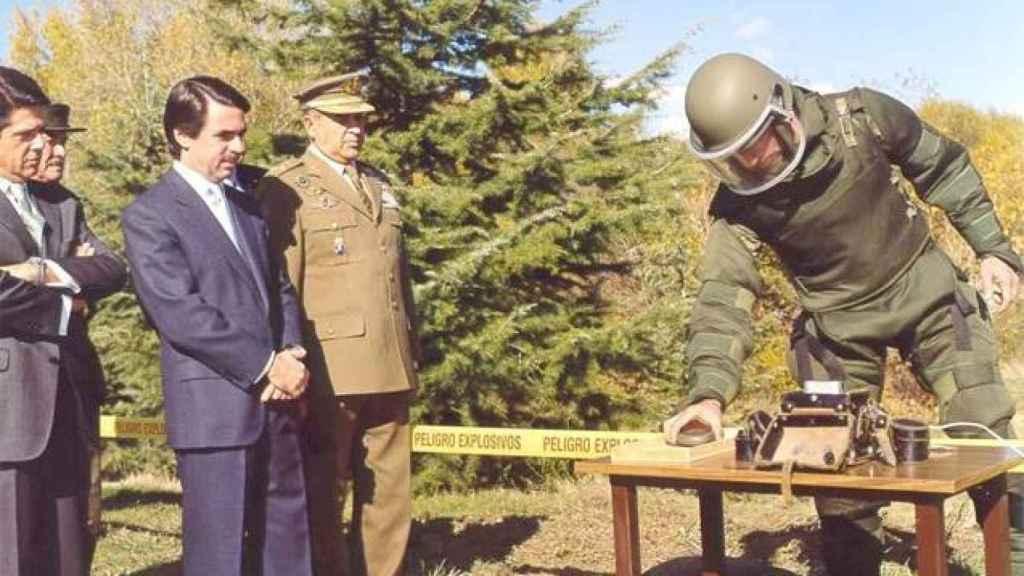 Aguado, desactivando la última mina junto al entonces presidente, José María Aznar, y el ministro de Defensa, Federico Trillo.