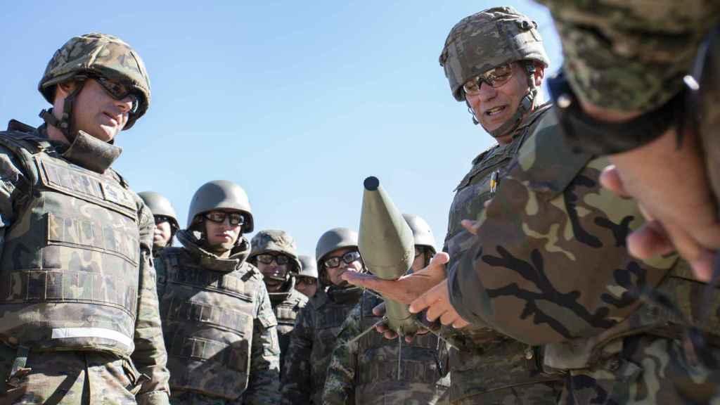 Un brigada, explicando cómo desactivar una granada de un lanzagranadas C90.