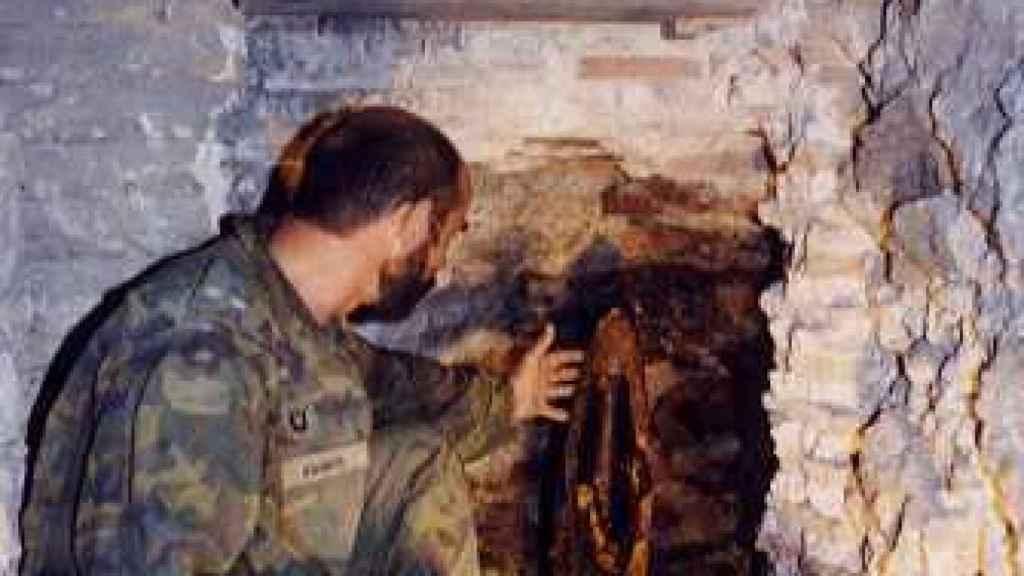 Aguado, junto al proyectil de la Guerra Civil en el Alcázar de Toledo.