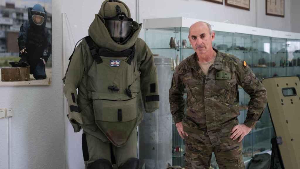 Aguado, frente a un traje especial de los que se usan para desactivar explosivos.