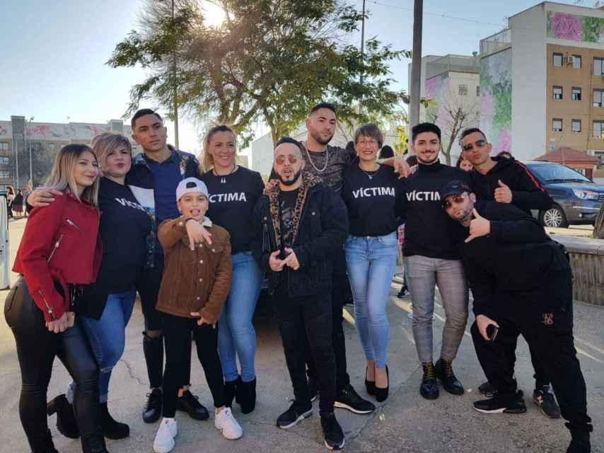 Grupo de víctimas del presunto estafador.