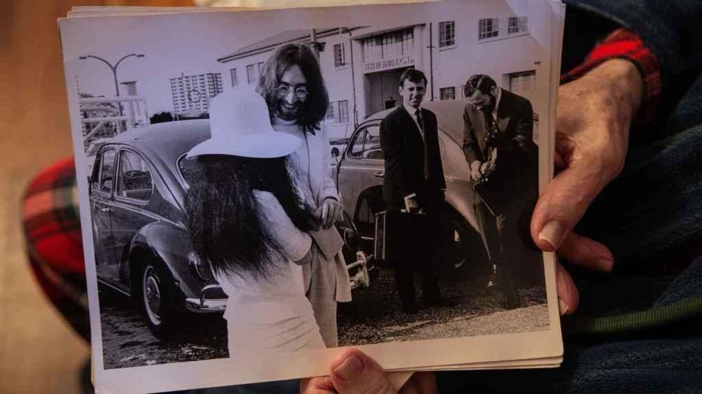 Charlie Galliano sostiene una de las fotos que la productora le envió días después del enlace.