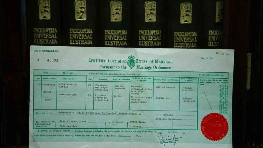 Una copia del certificado de la boda entre Jhon Lennon y Yoko Ono en casa de los Galliano.