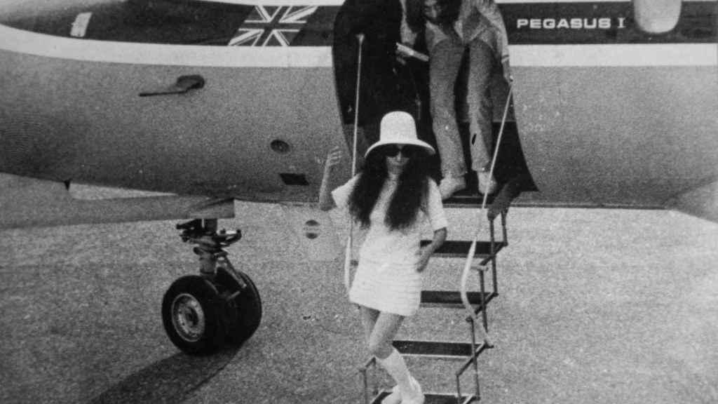 Jhon Lennon y Yoko Ono bajándose del avión tras aterrizar en Gibraltar.
