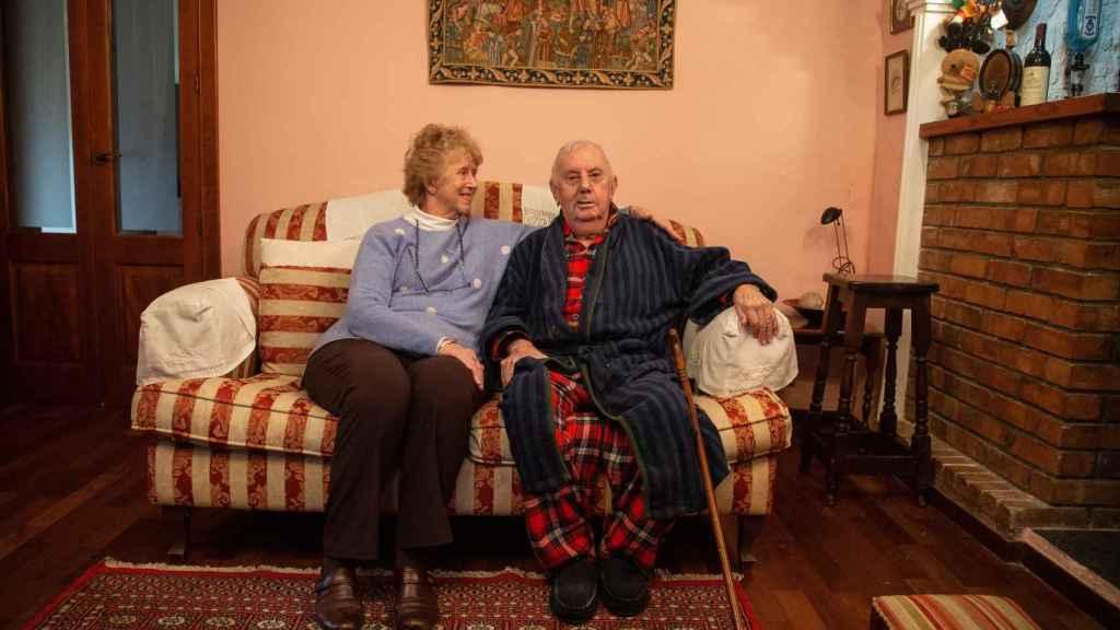 Charlie Galliano y su esposa Paula, en el salón de su casa en Gibraltar.