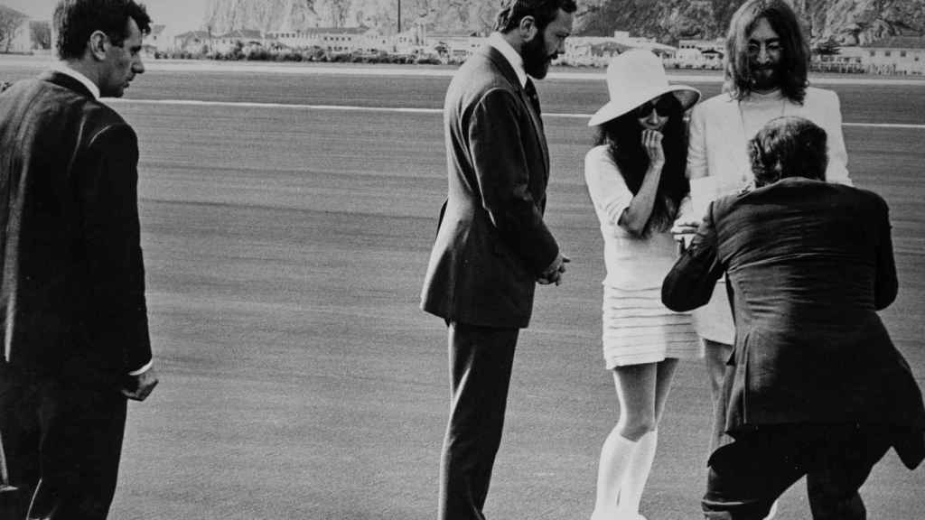 Charlie, a la izquierda de la imagen, contemplando a la pareja mientras les toman unas fotos.