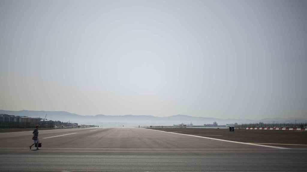 Aeropuerto de Gibraltar, el segundo más peligroso de Europa en la actualidad y al que llegó la pareja para casarse hace 50 años.