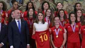 La reina Leitizia, junto a Luis Rubiales, presidente de la RFEF, con la selección Sub17 campeona del mundo