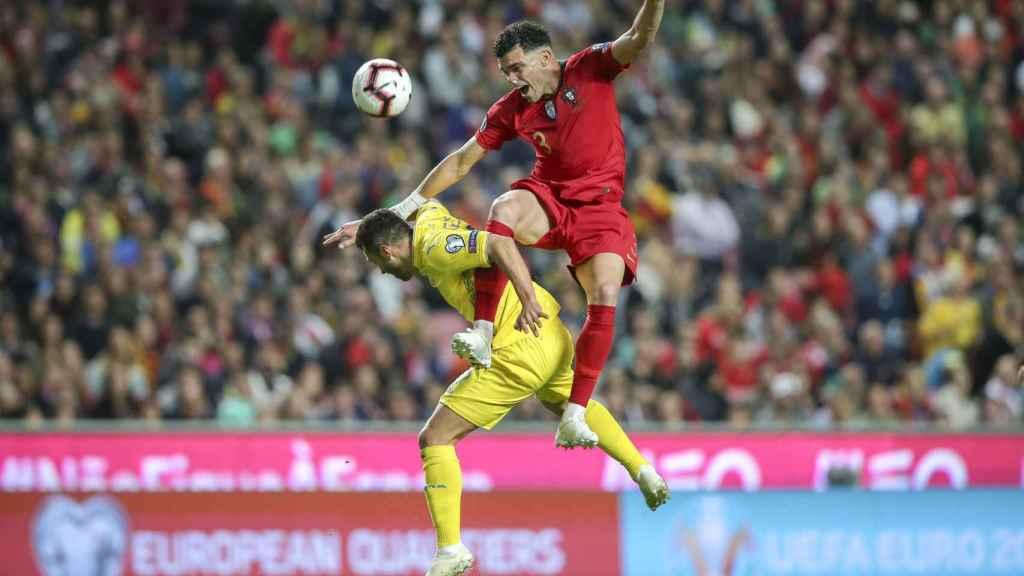 Pepe intenta despejar un balón ante el delantero ucraniano