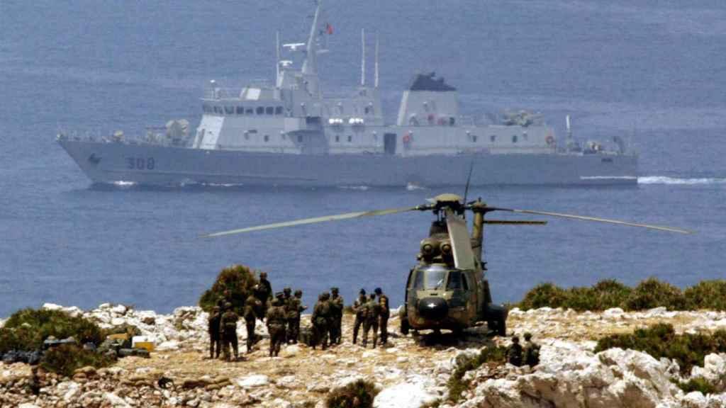 Militares españoles custodian el islote de Perejil tras el conflicto con Marruecos.