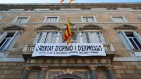 La nueva pancarta que luce en el Palau de la Generalitat.