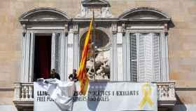 Torra retira la pancarta de los presos y el lazo amarillo del balcón de la Generalitat