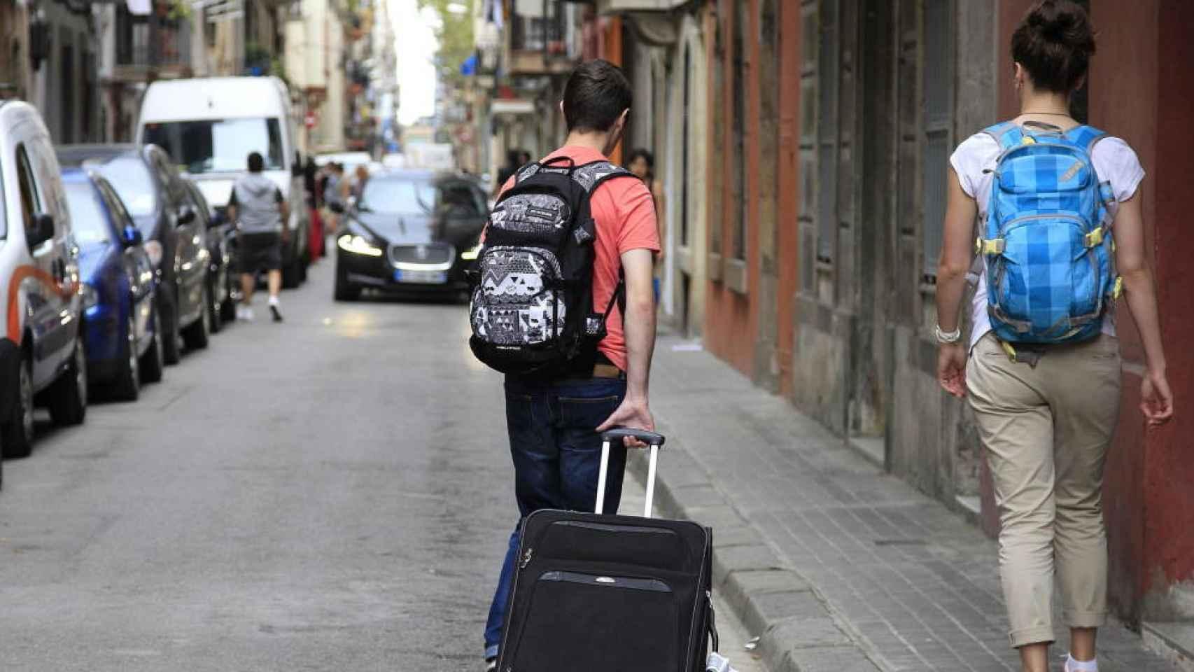 Dos turistas en las calles de Madrid en una imagen de archivo.