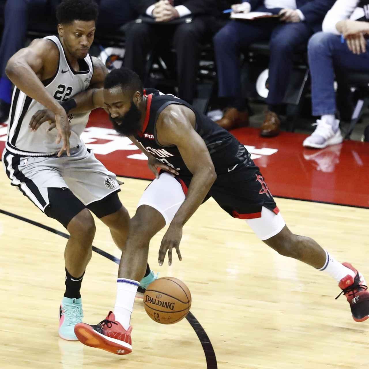 James Harden trata de anotar ante la presión de Rudy Gay en el Houston Rockets - San Antonio Spurs de la NBA