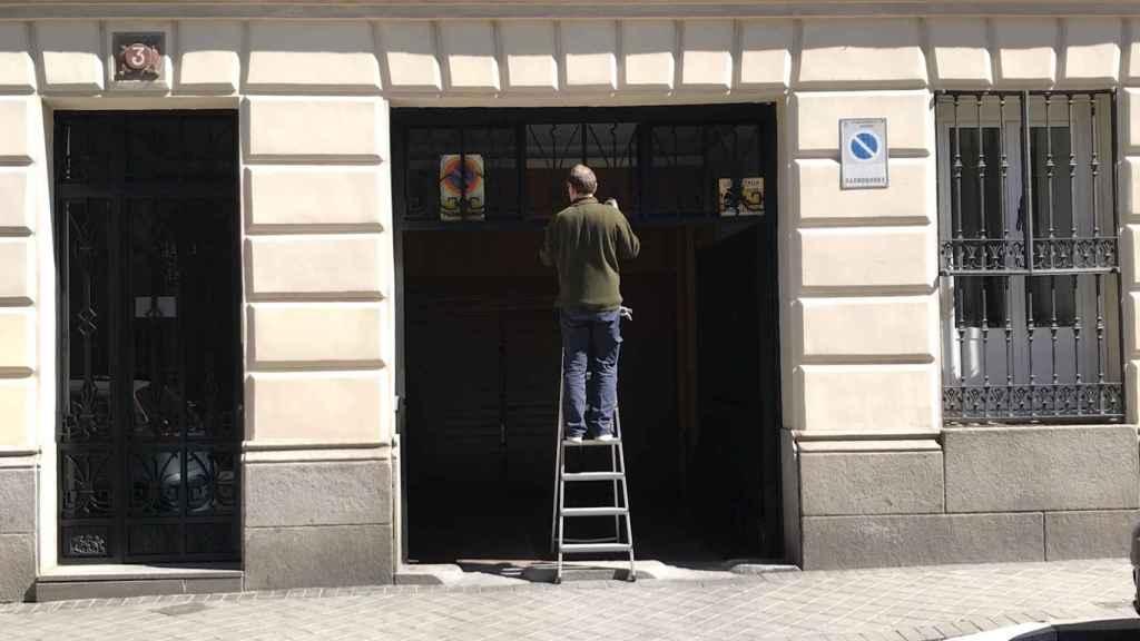 Un portero trabaja en la calle madrileña de O'Donnell.