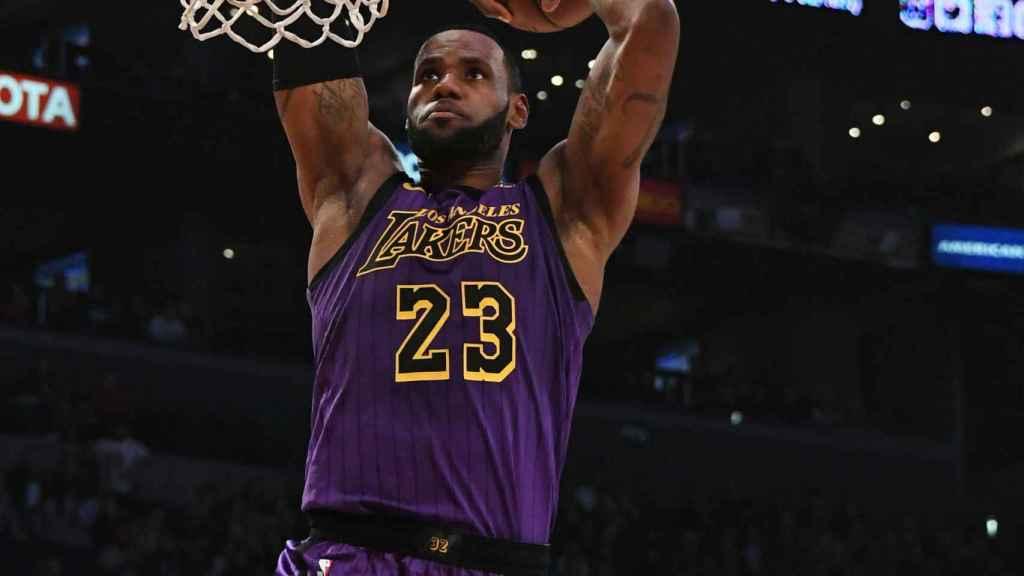 LeBron James realiza un mate ante Jared Dudley en el partido entre Los Angelea Lakers y los Brooklyn Nets de la NBA