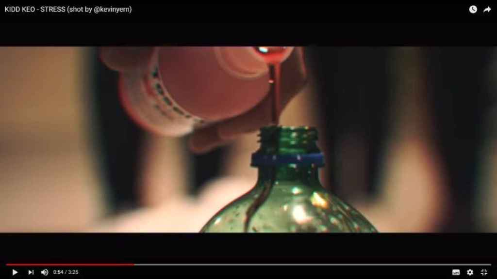Captura de un videoclip del alicantino Kidd Keo en la que muestra cómo prepara el lean con Toseína