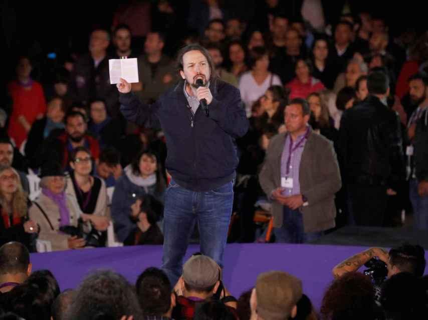 Iglesias, este sábado en Madrid con un ejemplar de la Constitución.
