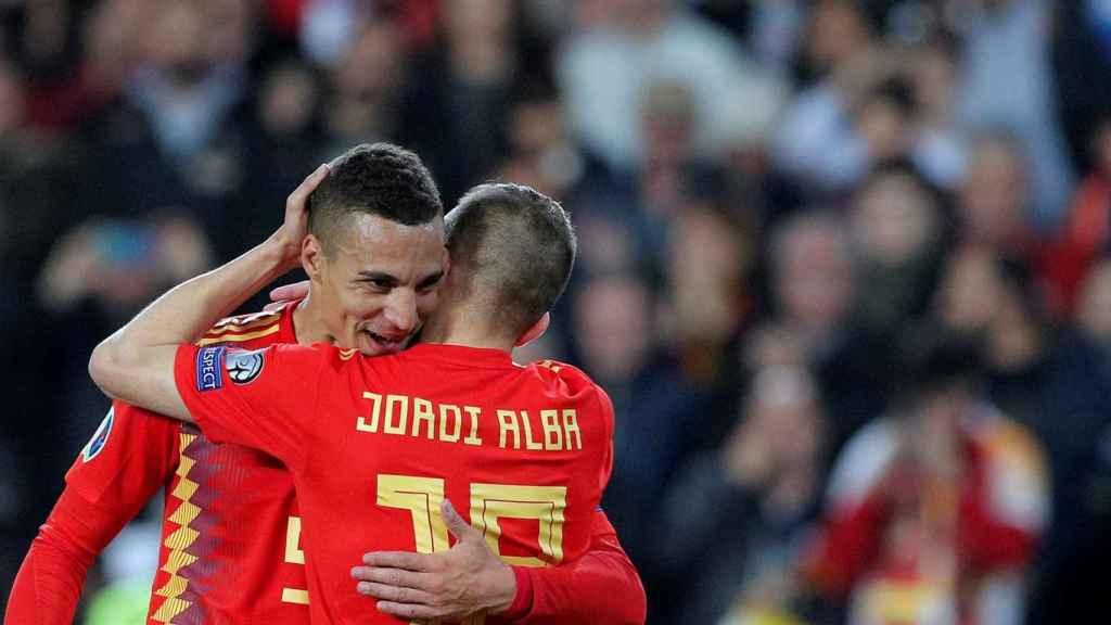 Rodrigo y Jordi Alba celebran con la Selección