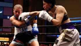 Miriam Gutiérrez asesta un golpe a Samantha Smith en el combate de boxeo por el Campeonato de Europa de peso ligero