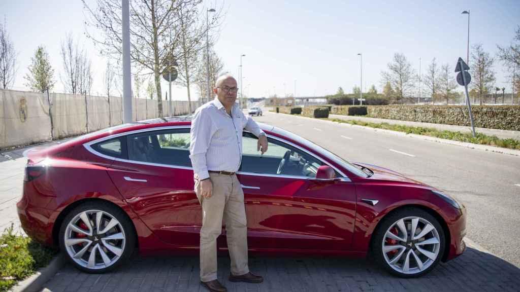 Juan Merchán junto a un Model 3