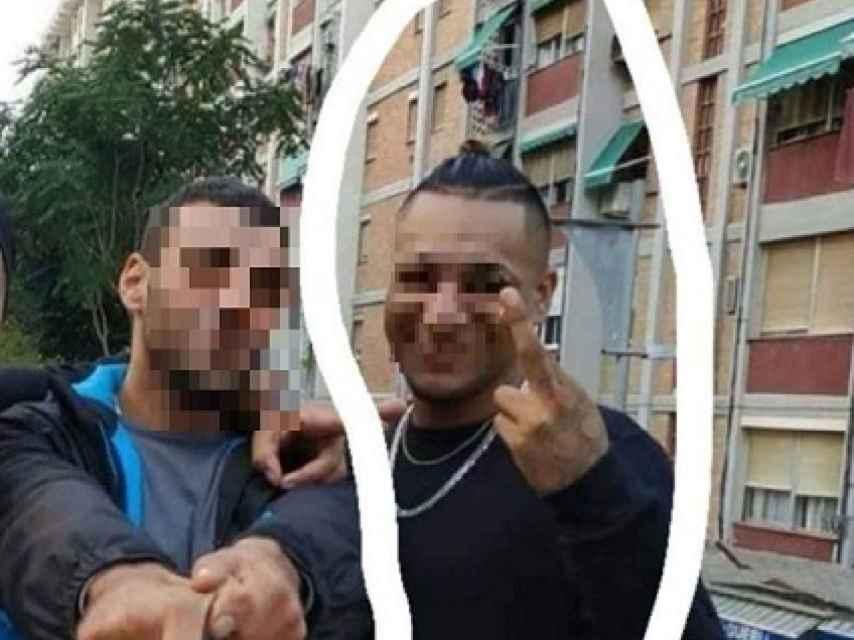Foto del presunto asesino del latino de Cornellà, distribuido por el entorno de la víctima, haciendo el signo Ñeta