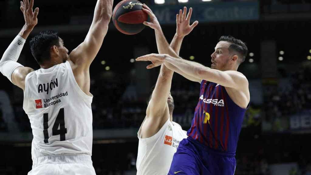 Heurtel ante Ayón en el Real Madrid - Barcelona Lassa de la Liga Endesa