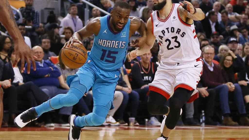 Kemba Walker intenta superar a Fred Van Vleet