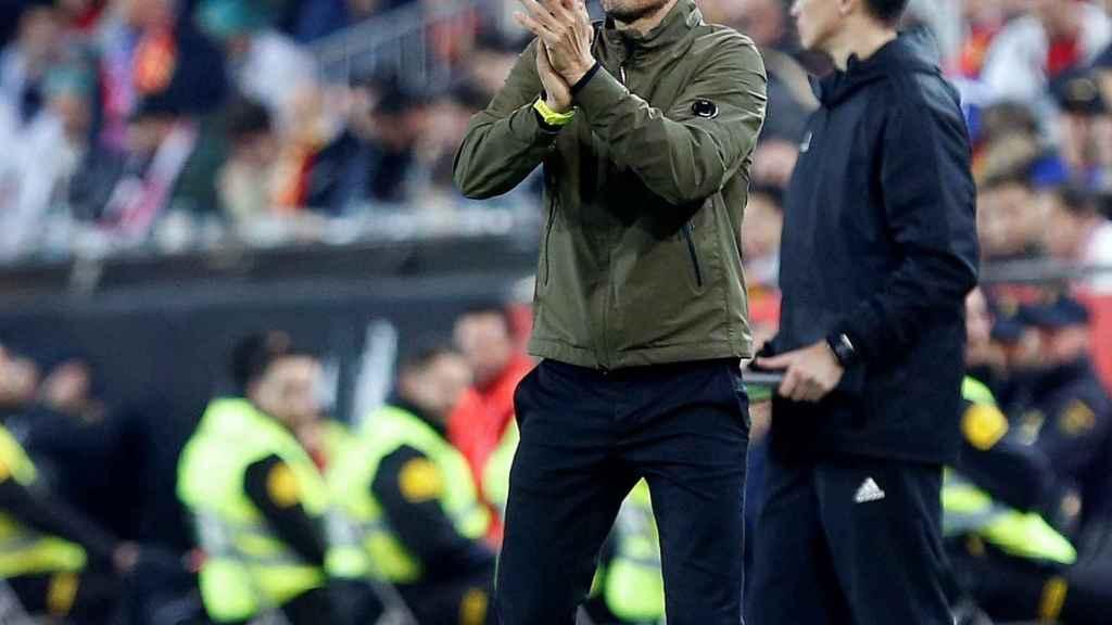 Luis Enrique dirigiendo a la Selección en Mestalla